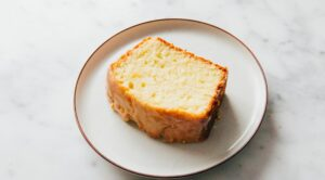 Blanke cake op een bordje