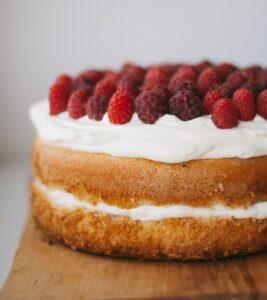 Victoria sponge cake met frambozen en slagroom