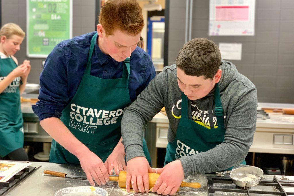 Cas bakt samen met student van Citaverde College